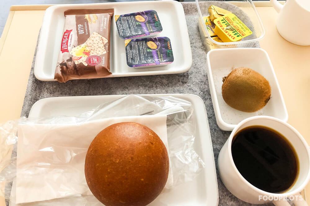 """Ein recht """"normales"""" deutsches Frühstück im Krankenhaus - immerhin mit einem frischen Stück Obst."""